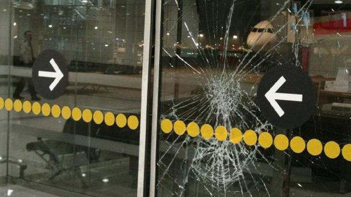Atatürk Havalimanı'nda olay! Kapıları kırdı