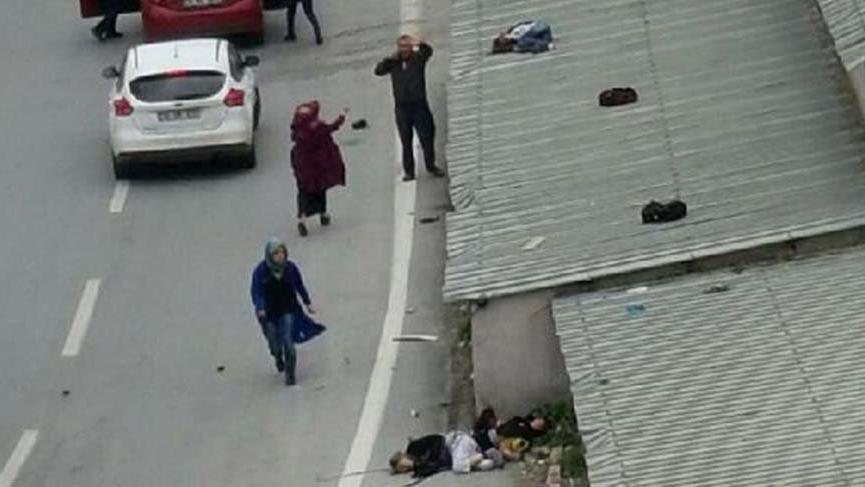 Otomobilin çarptığı çocuk çatıya savruldu