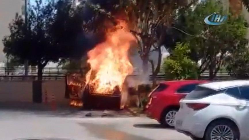 Kontağı çevirdiği sırada otomobil alev alev yandı