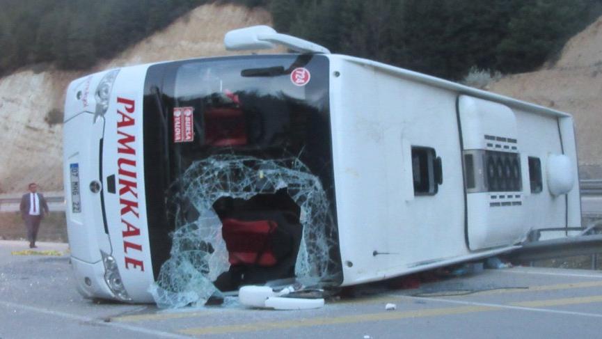 Afyonkarahisar'da otobüs devrildi, 1 ölü, 20 yaralı
