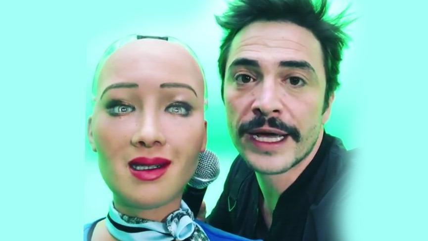 Ahmet Kural'dan robota aşk sorusu