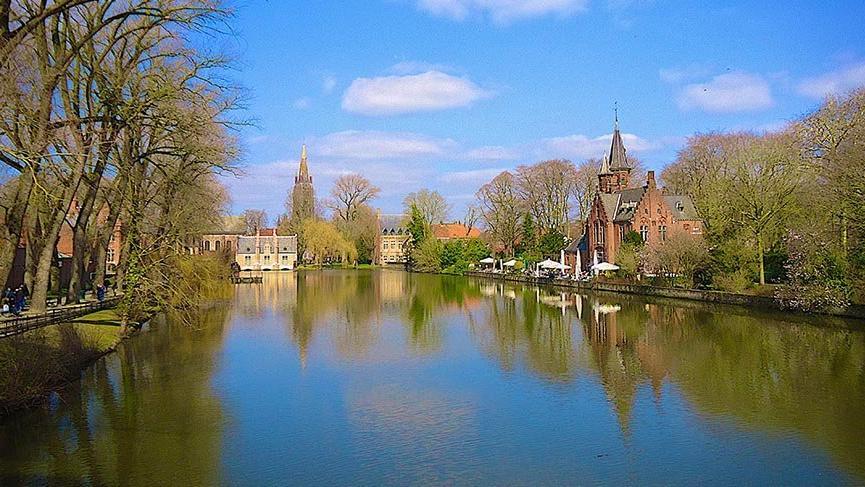 Brugge kanallarında doyumsuz bir yolculuk