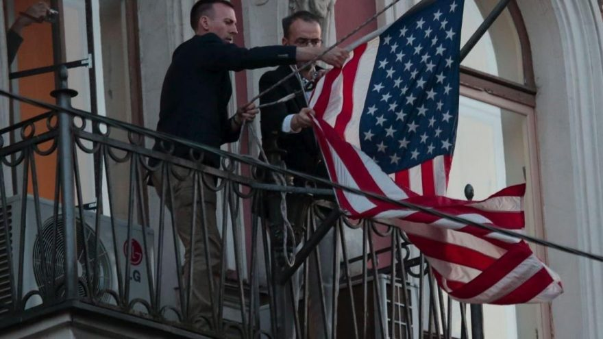 Avrupa'da sıcak saatler… Bayraklar indi, diplomatlar uçakla döndü
