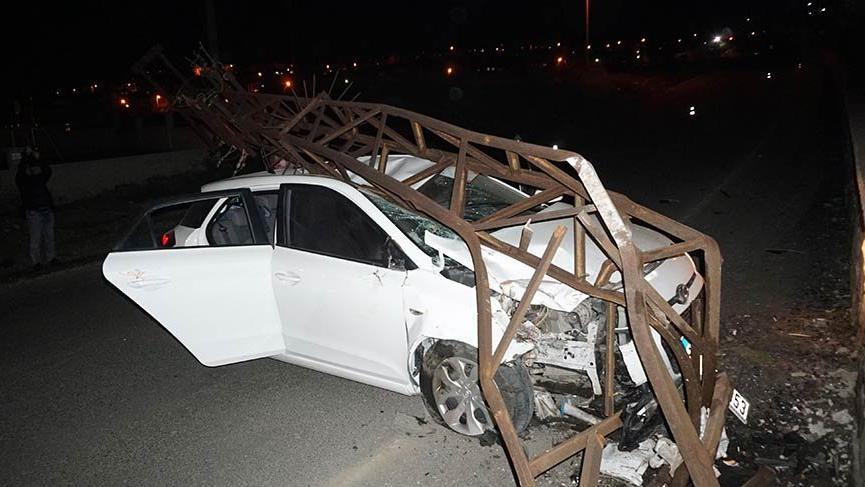 Otomobil çarptığı elektrik direğinin altında kaldı: 3 yaralı