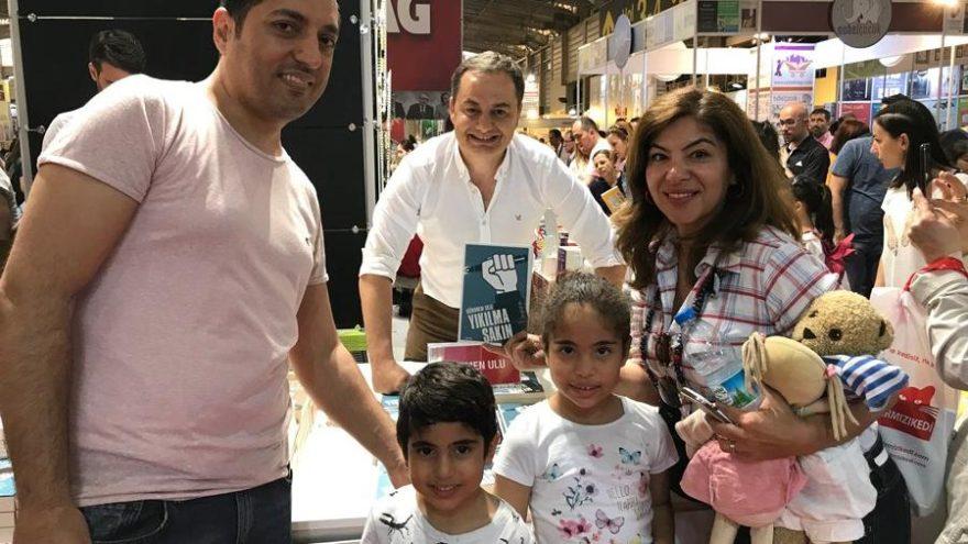 Gökmen Ulu 'Yıkılma Sakın'ı bu kez İzmirliler için imzaladı