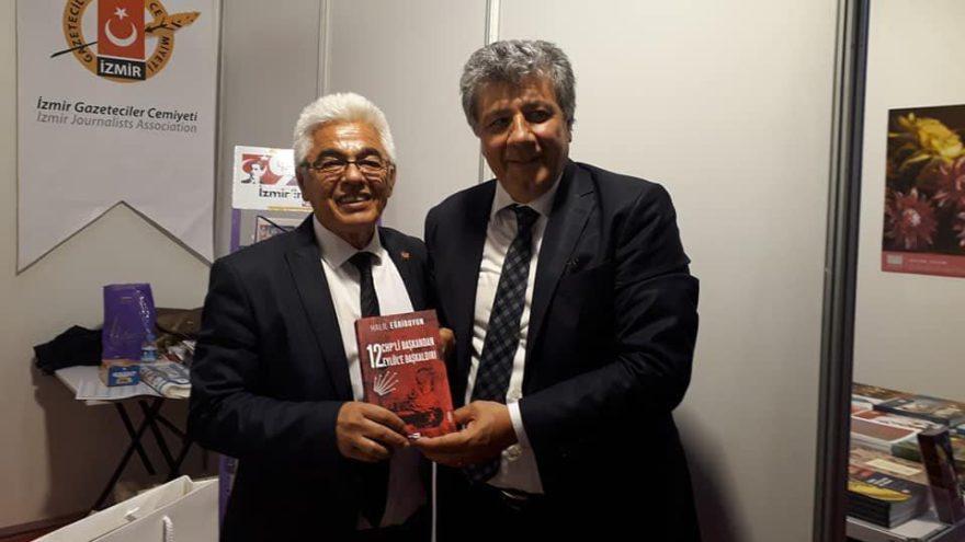 Gazeteci Halil Eğriboyun İzmir Kitap Fuarı'nda kitabını imzaladı