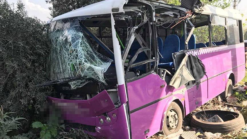 Lastiği patlayan halk otobüsü üst geçide çarptı: 14 yaralı