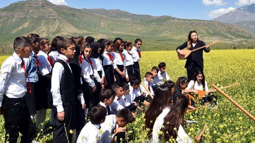 Öğrencilerden kurduğu 50 kişilik koroyla, Irak sınırında konser verdi