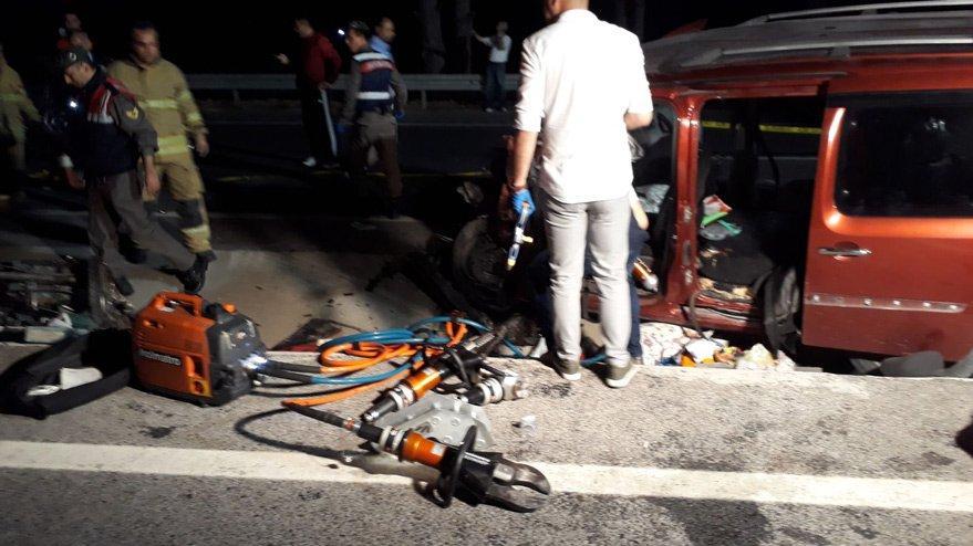 İzmir Dikili'de bir kamyonetle bir otobüs çarpıştı çok sayıda ölü var