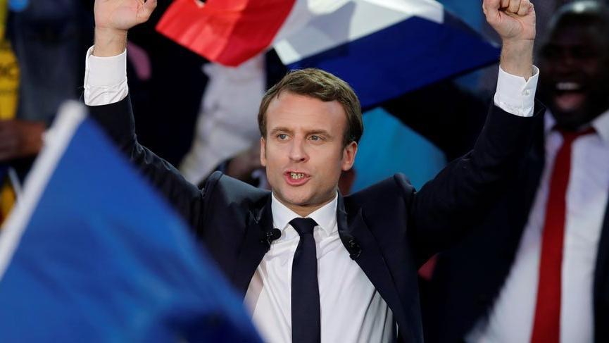 Fransa'da protestocular Cumhurbaşkanı Macron'un maketini yaktı