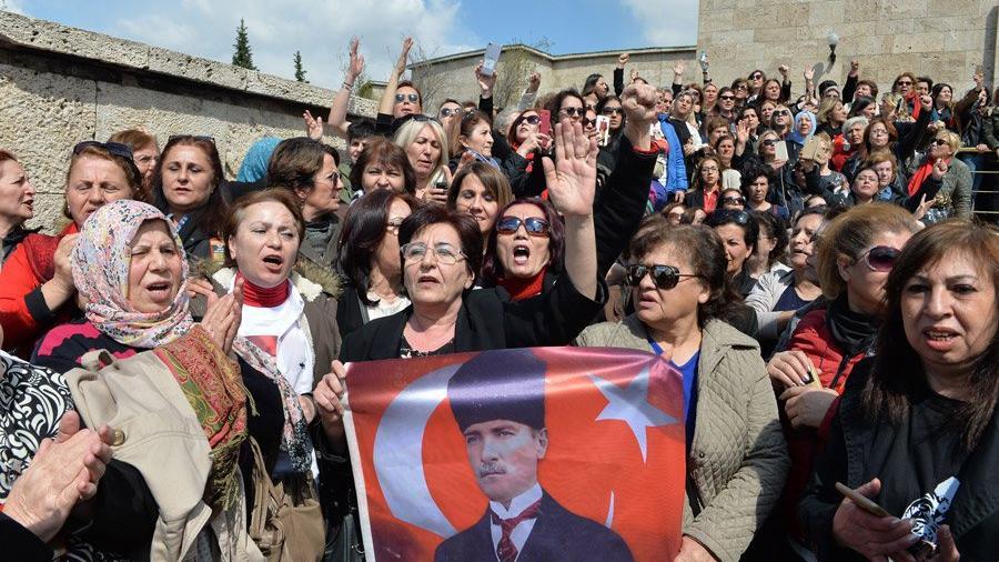 TBMM'de kadınlardan Atatürk tişörtlü tepki