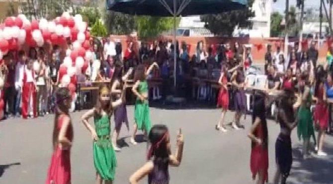 Mersin'de 23 Nisan gösterisi çocukların kıyafeti nedeniyle yarıda kesildi