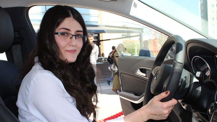 Üniversiteli genç kız tek dersten kalınca okulu uzadı, çekilişte otomobil kazandı