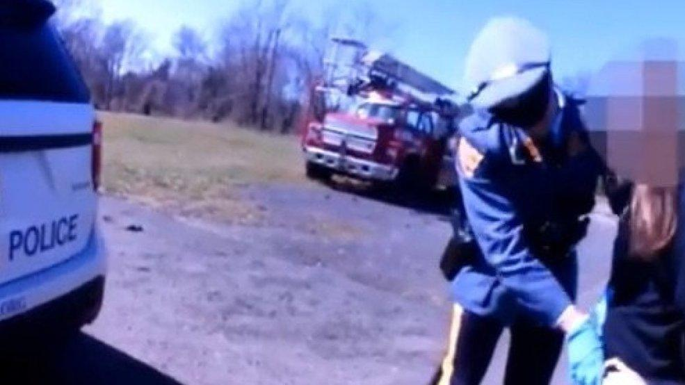 ABD polisinden skandal hareket... Elini pantolona sokup