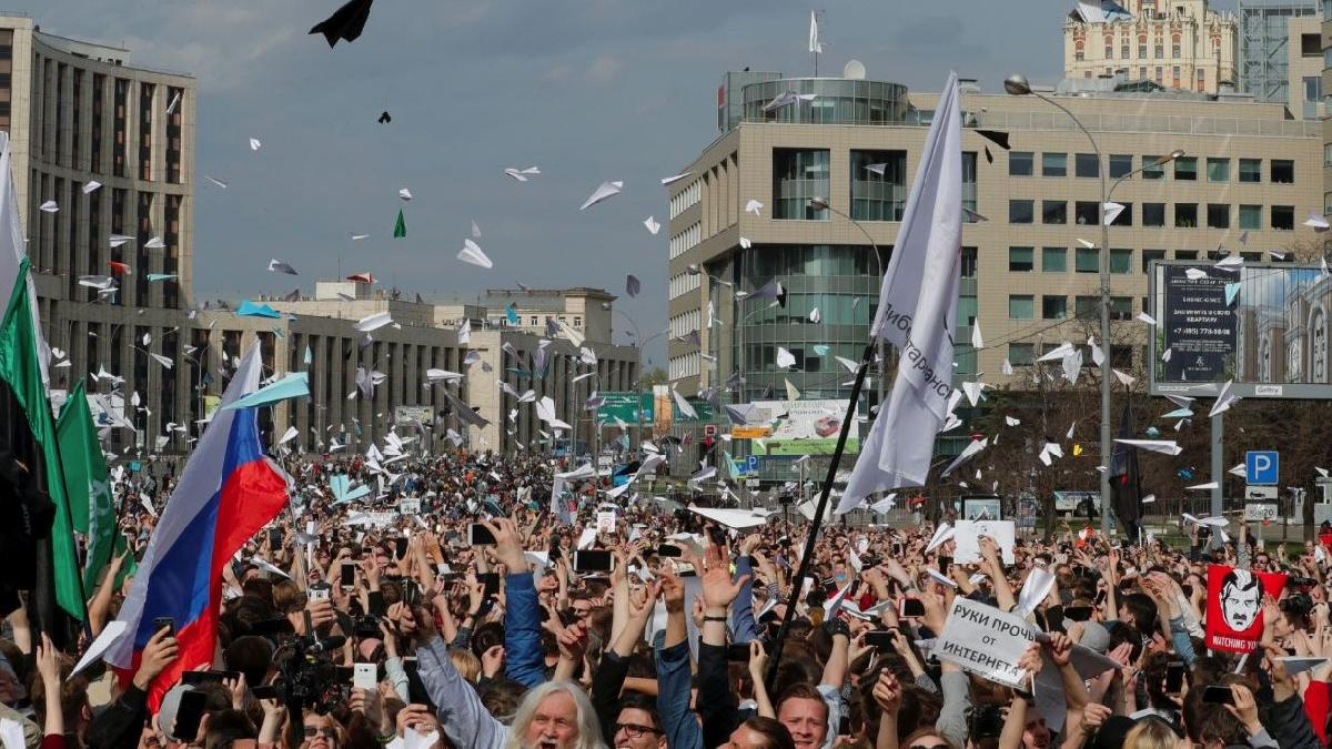Rusya'da binler kağıt uçakla prostesto etti