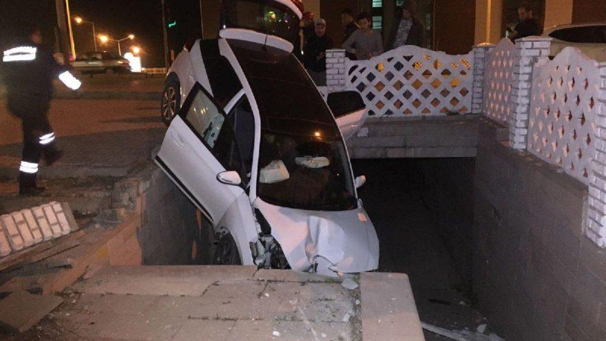 İki otomobil çarpıştı, biri alt geçit merdivenlerine düştü! 5 yaralı