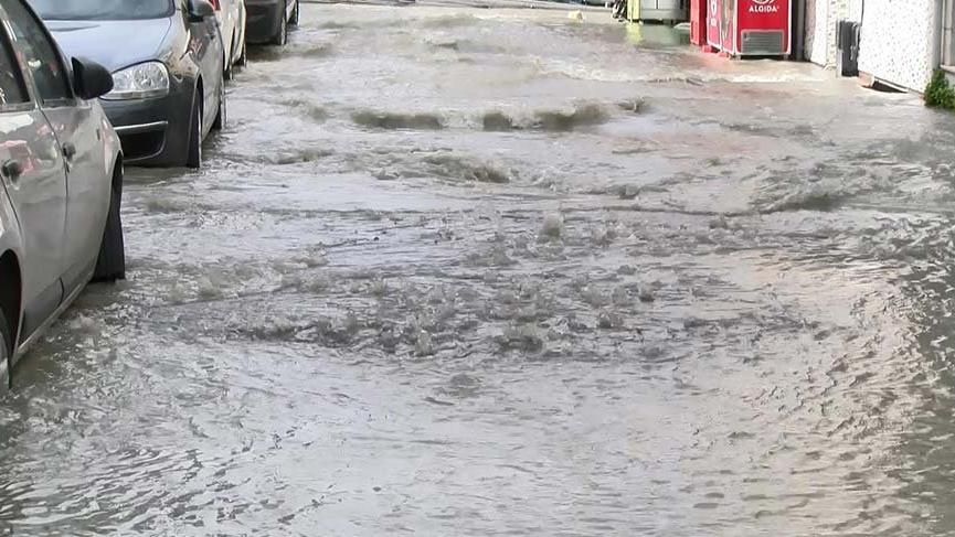 Fatih'te su borusu patladı evler su altında