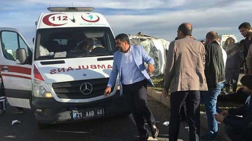 Diyarbakır'da minibüsü ile otomobil çarpıştı: 25 yaralı
