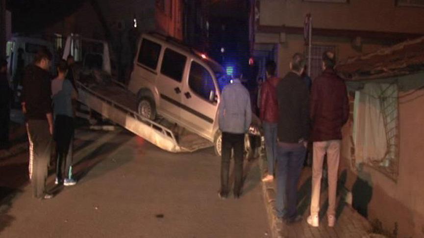 Bağcılar'da otomobil eve girdi: Bir yaralı