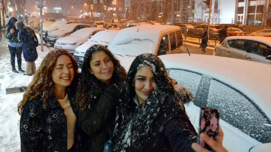Nisan 'kar'ı Erzurum'u beyaza bürüdü