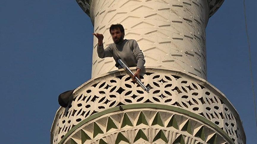 Pompalı tüfekle minareye çıktı, polisi alarma geçirdi