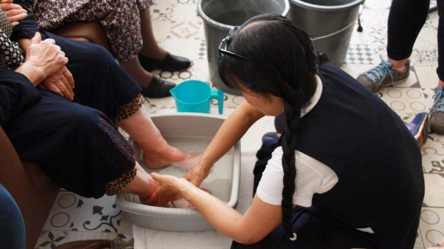 Japonya'dan, yaşlıların ayaklarını yıkamaya geldi