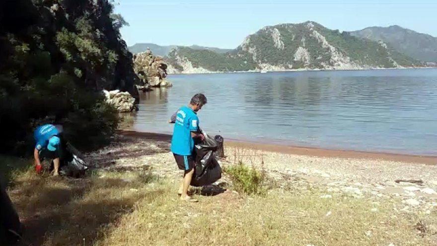 Marmaris'te adalardan 5 ton çöp toplandı