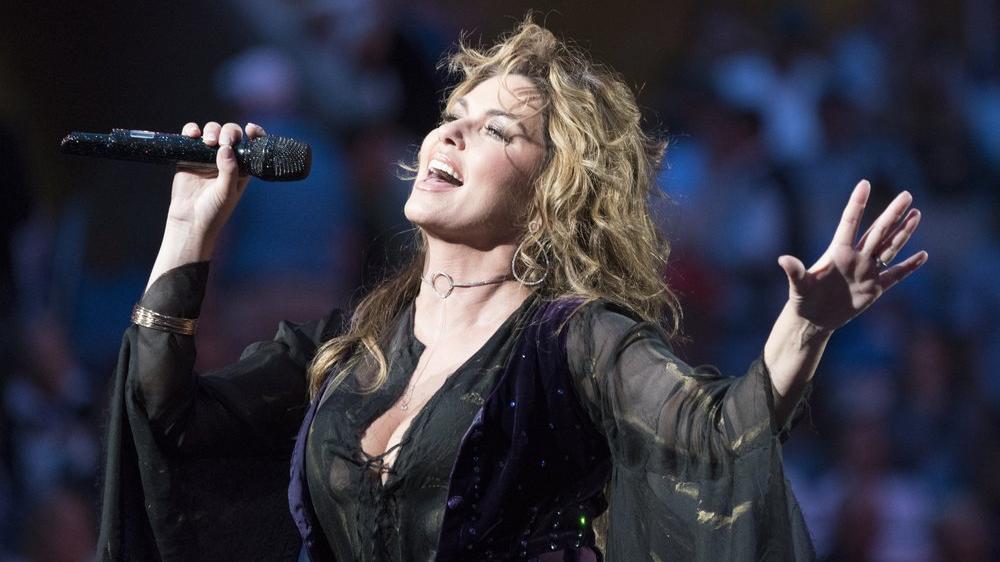 Ünlü şarkıcıdan şok itiraf: Üvey babamın tacizine uğradım