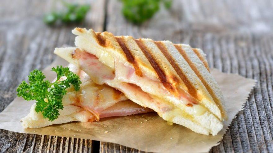 Karışık tost tarifi ve kalorisi: Domatesli, bol malzemeli karışık tost nasıl yapılır…