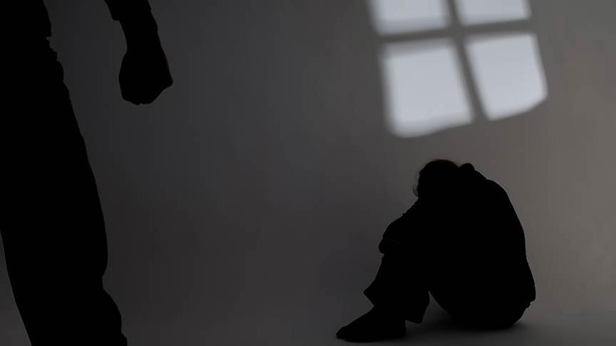 Sapık baba, oğlunun eşcinsel olduğundan şüphelendi, kendi sevgilisiyle ilişkiye zorladı