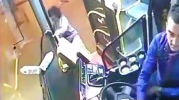 Seyir halindeki halk otobüsünden düşen yolcu ölümden döndü