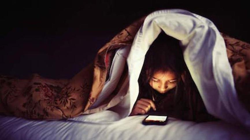 Akıllı telefon kullananlara kötü haber! Yatağa girerken bunu yapmayın