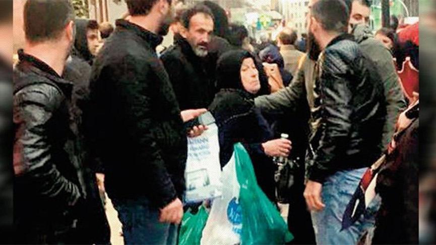 Zabıta ekipleri sokakta satış yapan kadına müdahale etmek istedi, vatandaş kalkan oldu