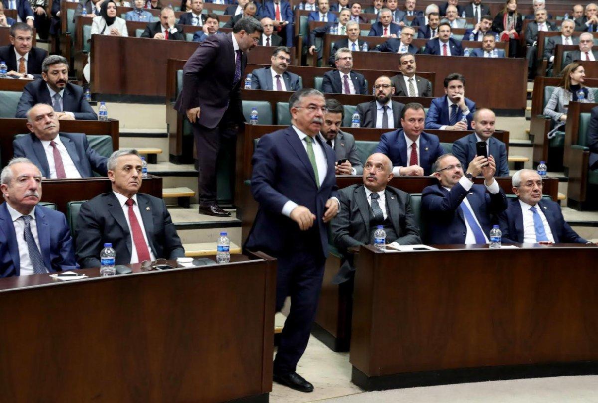 """FOTO:SÖZCÜ/Zekeriya ALBAYRAK- Erdoğan """"İsmet bey sizi buraya alalım"""" deyince, Milli Eğitim Bakanı koşar adım kürsüye geldi."""