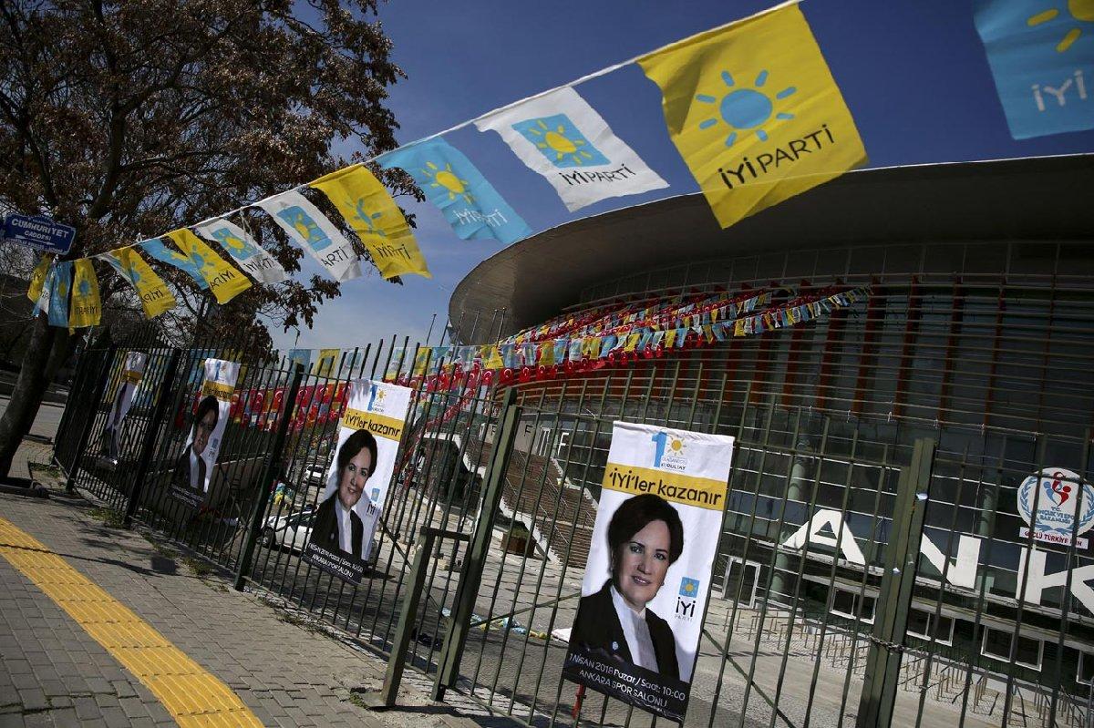 Kurultay öncesi Ankara Spor Salonu'nda dün yoğun çalışma vardı. Salonun hem içi hem dışı Meral Akşener ve İYİ Parti afişleriyle donatıldı.