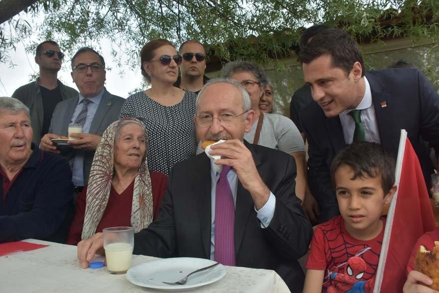 Kılıçdaroğlu'nu karşılayan yöre halkı ikramlarda bulundu. DHA