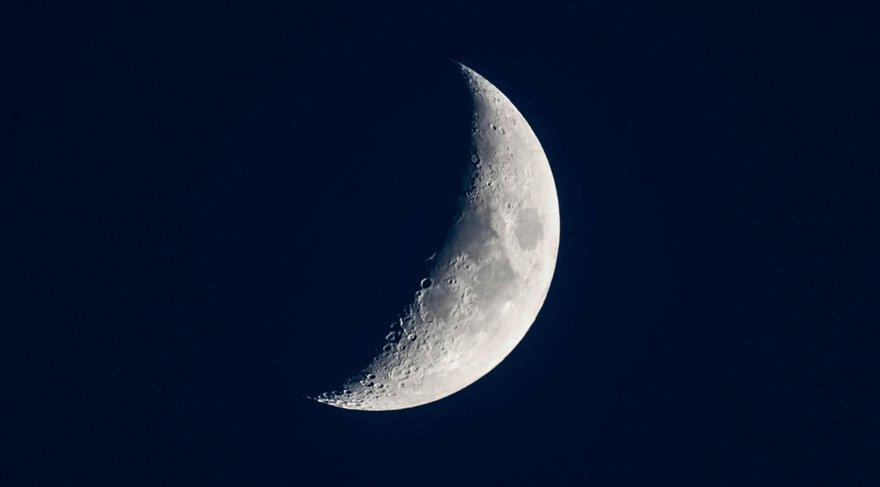 Yeni Ay, Türkiye doğum haritasının 10. evinde ve Şiron'a yakın bir derecede olacak. Türkiye'nin Şiron'u da 18 derece Koç burcunda yer almaktadır. Öncelikle 10. ev ülkeler astrolojisinde cumhurbaşkanı, başbakan, hükümeti temsil eden kişiler, liderler, ünlü kişiler demektir.