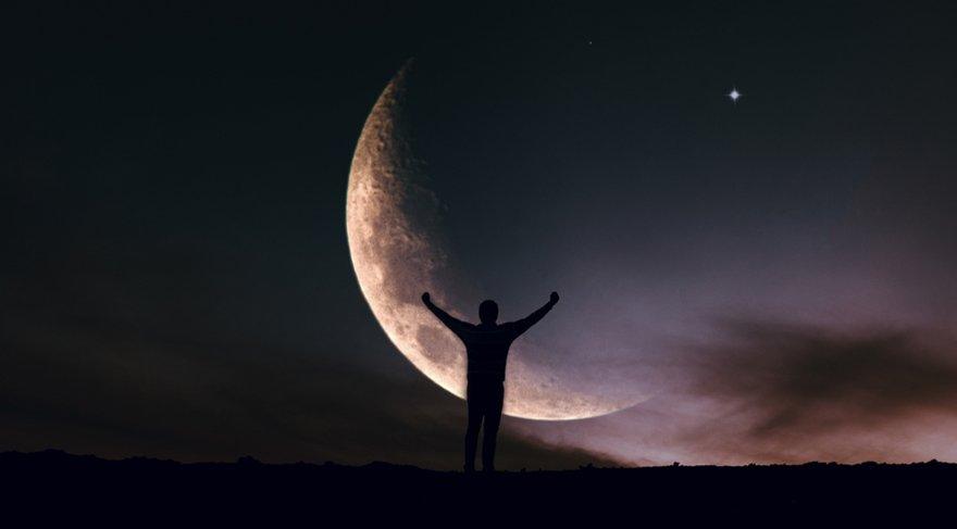 Yeni Ay Uranüsyen olacaktır. Astrolojide ise Uranüs; hava ve demir yolu taşımacılığı, teknolojik icatlar, uzayla, astroloji ile ilgili konular, emek örgütleri, grev, isyan, ayaklanma, devrim, izinsiz protesto gösterileri, savaşlar, kasırga, uçaklar, hava yolu şirketleri, yüksek güçlü rüzgarlar, depremleri, özgürlük hareketlerini, özgürlük, marjinal, bilinçte uyanışı sembolize eder.