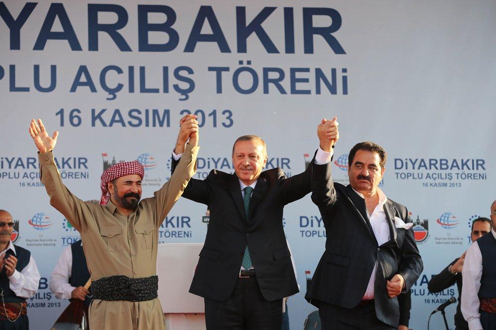 FOTO:depophotos - İbrahim Tatılses, Şİvan Perver ile birlikte sahne almış ve 'Megri megri' isimli Kürtçe türküyü okumuştu.