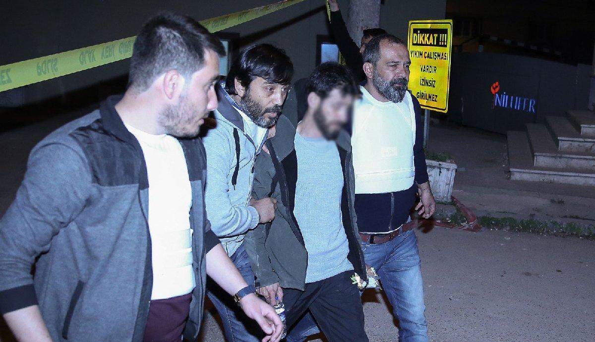 FOTO: DHA / Polis bunalımdaki vatandaşa kelepçe takmadı, koluna girip sağlık ekiplerine teslim etti.