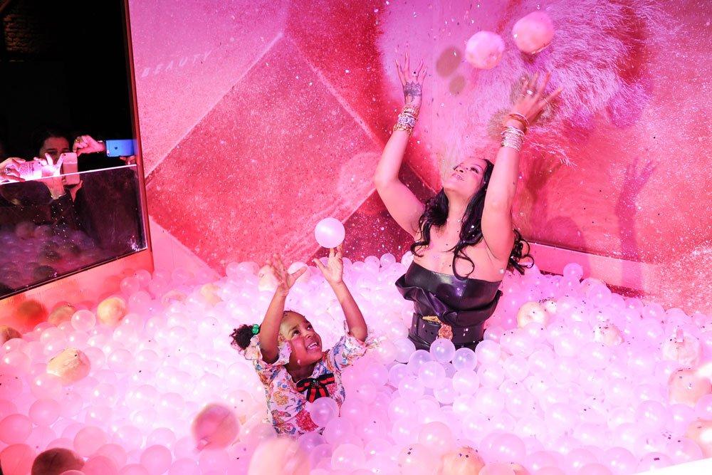 Rihanna 3 yaşındaki yeğeni Majesty ile top havuzunda eğlendi...