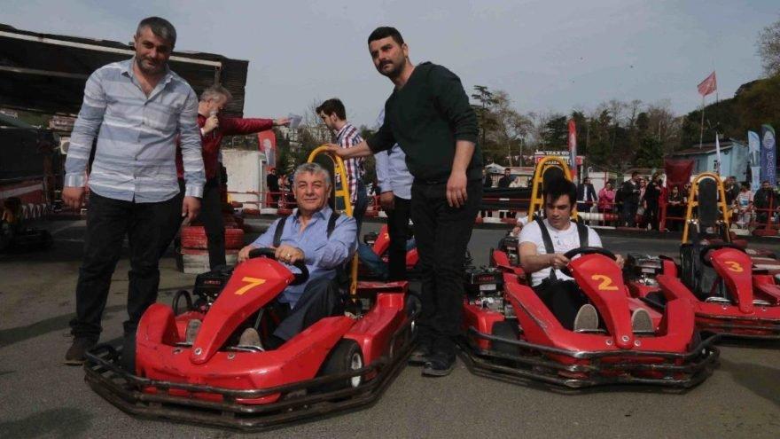 Sarıyer Belediye Başkanı Şükrü Genç, (araçtaki) işletme sahibi Sırrı Satır (soldaki) ile kameralar karşısına geçmişti.