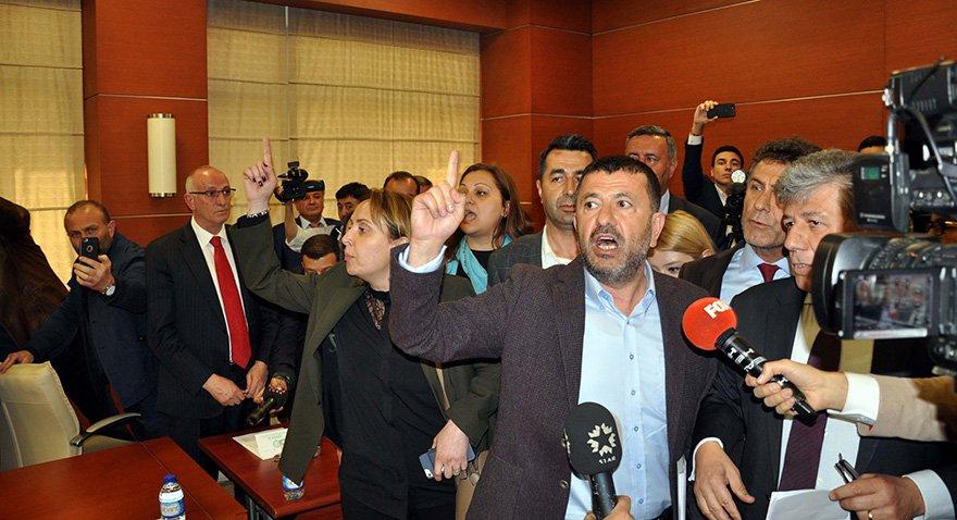 """CHP'li Veli Ağababa, """"2019'dan sonra fabrikaları kamulaştıracağız"""" diyerek ihale salonunda satışı protesto etti. Fotoğraf: DHA"""