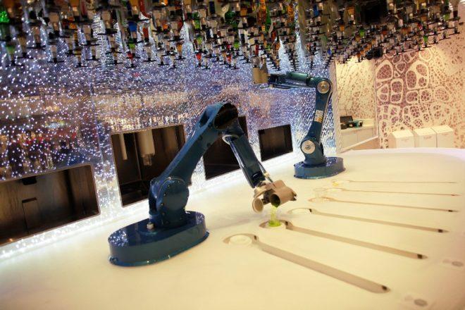 Gemide hizmet eden robot barmenler bulunuyor.