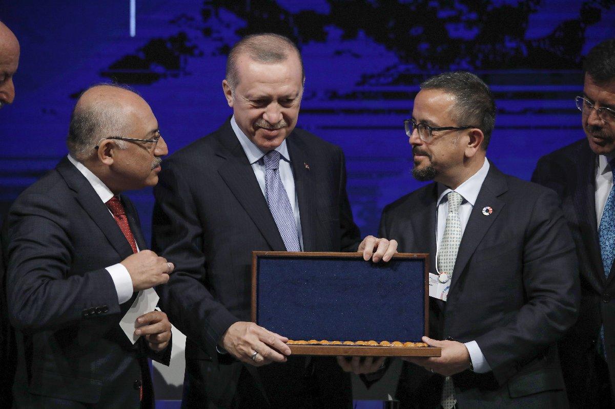 Cumhurbaşkanı'nın konuşması sonrası Ali Sabancı kendisine tesbih hediye etti.