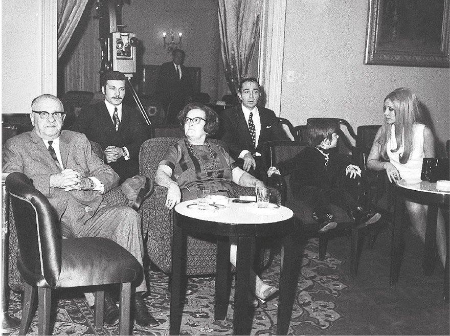 5. Cumhurbaşkanı Cevdet Sunay, Çankaya Köşkü'nde Yumurcak'ı seyrediyor...