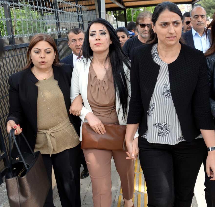 Ayşe öğretmene CHP Milletvekili Zeynep Altıok ve HDP'li milletvekilleri eşlik etti. DHA
