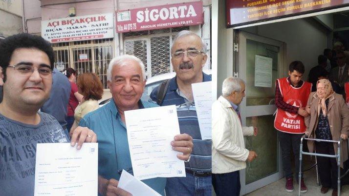 Vatan Partisi Genel Başkanı Doğu Perinçek'in Cumhurbaşkanı adaylığı için başlatılan 100 bin imza seferberliğine vatandaşlar imza verdi