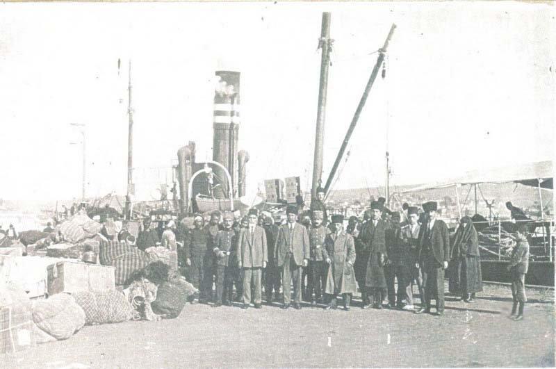 HALK COŞKUYLA KARŞILAMIŞTI... Ulu Önder Mustafa Kemal Atatürk, beraberindeki 18 askerle birlikte 19 Mayıs 1919 günü Samsun'a ulaştı. Bandırma Vapuru'ndan inişinde ise halk tarafından böyle karşılandı.