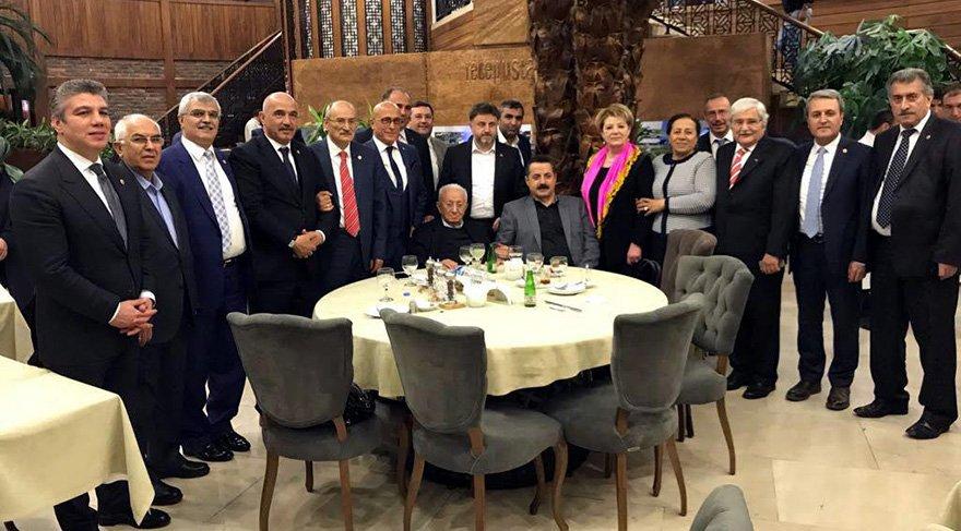 Yemeğin ardından AKP'li eski milletvekilleri ve bazı bakanlar hatıra fotoğrafı çektirdi.